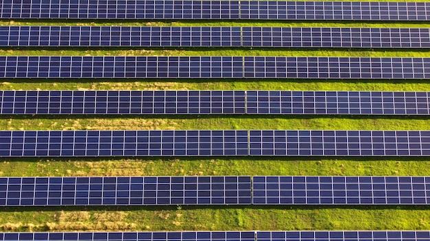 태양광 발전소 패널 위의 공중 드론 보기 비행.