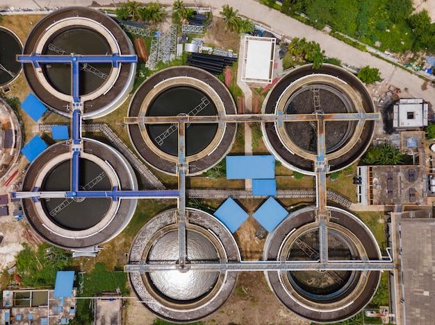 공중 드론보기는 침전조 침전조에서 위로 이동합니다. 공중보기 물 처리 공장.