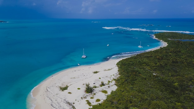 고립된 cayo icacos 푸에르토리코 섬에 있는 해변의 공중 무인 항공기 보기. 고품질 사진