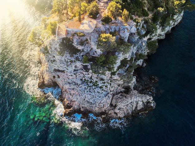 Вид с воздуха с дрона на большую красивую скалу и скалистый берег во франции, лазурный берег, живописный закат на средиземном море.