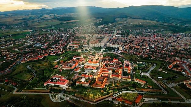 アルバユリアルーマニア都市景観複数の建物のアルバカロライナ要塞の空中ドローンビュー