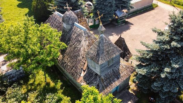 몰도바에 있는 목조 지붕이 있는 오래된 교회의 공중 드론 보기
