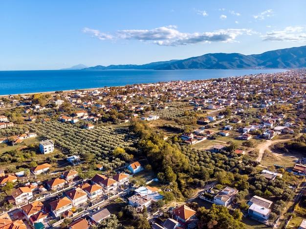 Вид с воздуха с беспилотника на город аспровальта и горы в халкидики, греция
