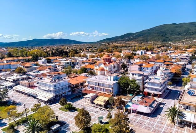 ギリシャ、ハルキディキのアスプロバルタ市のメイン広場の空中ドローンビュー