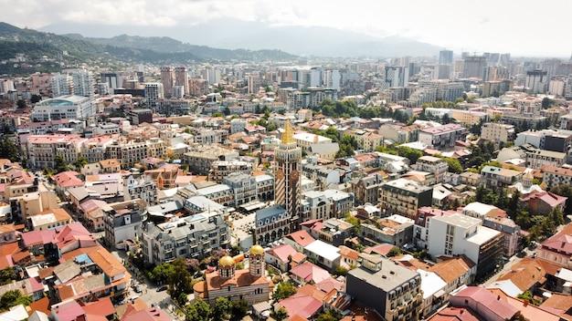 조지아주 바투미의 공중 드론 보기. 오래되고 현대적인 건물, 녹지, 도로, 산