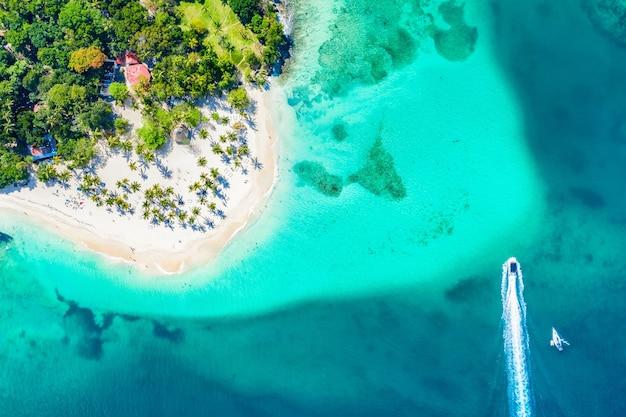 야자수와 보트가 있는 아름다운 카리브해 열대 섬 cayo levantado 해변의 공중 무인 항공기 보기. 바카디 섬, 도미니카 공화국. 휴가 배경.