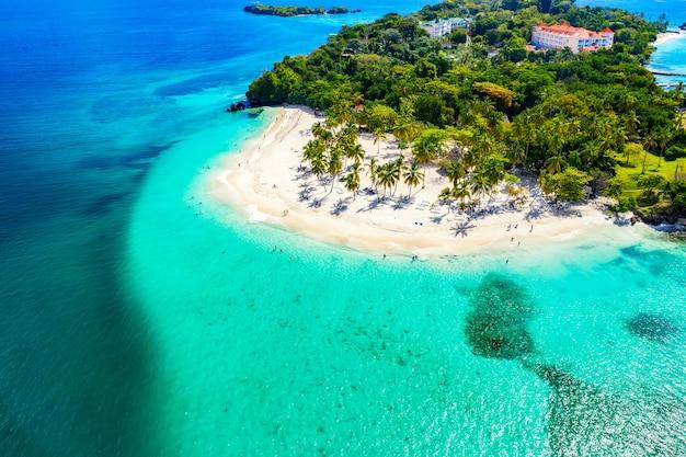 야자수가 있는 아름다운 카리브해 열대 섬 cayo levantado 해변의 공중 무인 항공기 보기. 바카디 섬, 도미니카 공화국. 휴가 배경.