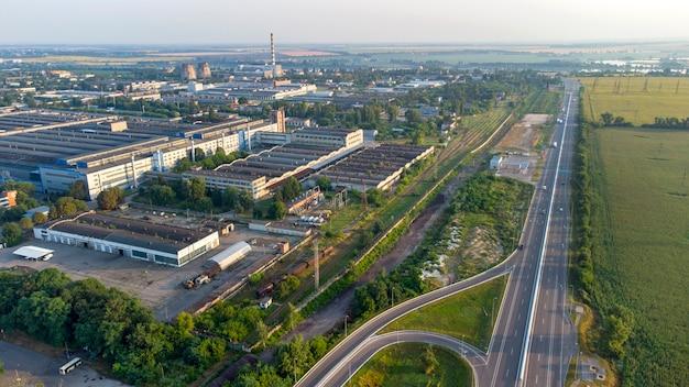 市内の工業地帯と高速道路の建物の空中ドローンビュー