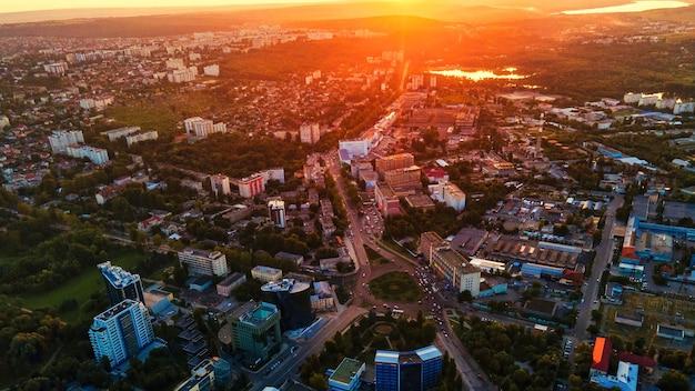 キシナウのダウンタウンの空中ドローンビュー複数の建物の道路のパノラマビュー