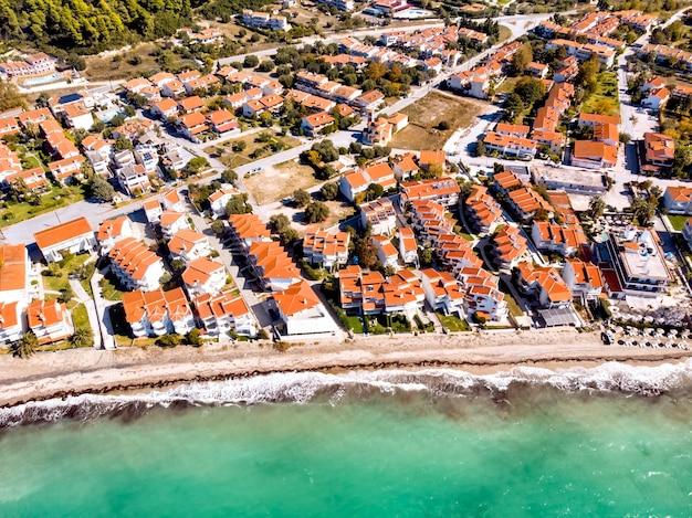 ギリシャのハルキディキにある家々のあるfourkaskala海の村の空中ドローンビュー