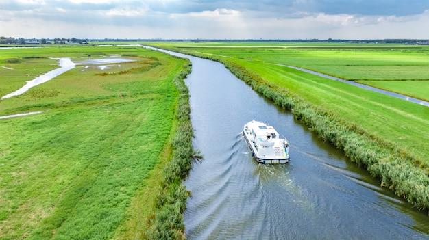 위에서 네덜란드의 운하와 국가 풍경에 하우스 보트의 공중 무인 항공기보기, 바지선 보트와 네덜란드의 가족 여행