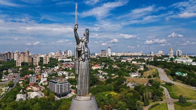 キエフ市の丘と公園の上からキエフの街並みと春、ウクライナのスカイラインの空中ドローンビュー