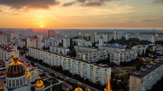 Аэрофотоснимок киева украина на закате жилых домов свято-покровского собора