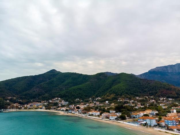 タソス島ギリシャの村の山々の空中ドローンビュー