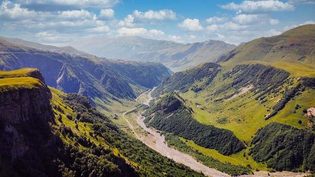 ジョージアコーカサス山脈の緑の谷の山川の自然の空中ドローンビュー