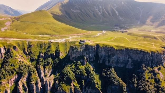 ジョージアコーカサス山脈の緑の谷の自然の空中ドローンビュー