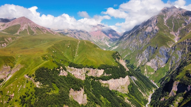 ジョージア州の自然の空中ドローンビュー。コーカサス山脈、緑、谷、緑豊かな雲