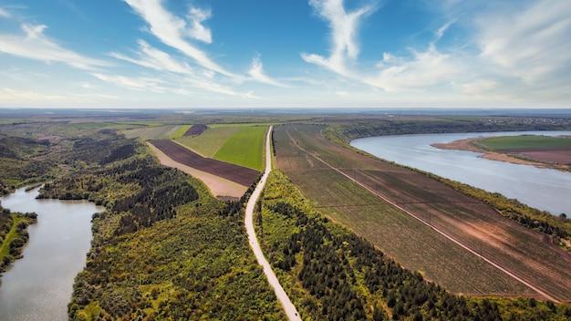 Вид с воздуха на природу молдовы с беспилотника. дорога, плавучие реки, невысокие холмы и поля, зелень