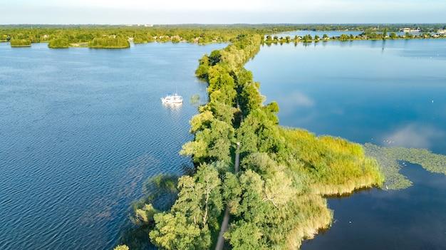 上からの干拓地の水のダムのパス、風景、北ホラント州、オランダの自然の空中ドローンビュー