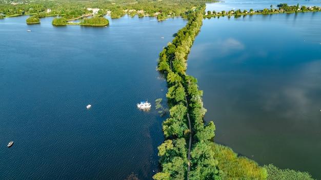 上、風景、北ホラント州、オランダの自然から干拓地のダムのパスの空中ドローンビュー
