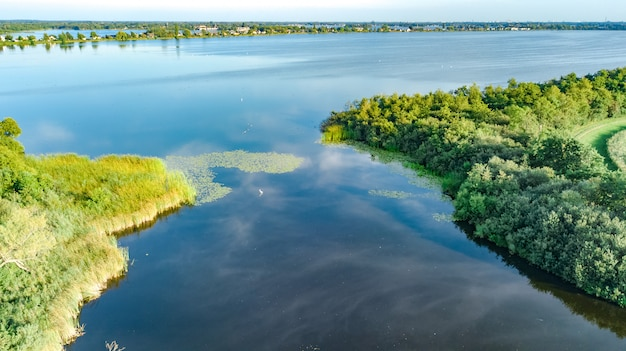 上、風景、北オランダ、オランダの自然から干拓地のダムのパスの空中ドローンビュー