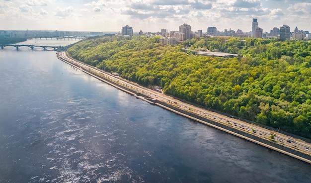 Вид с воздуха беспилотный пешеходный парк мост, река днепр и киевский городской пейзаж сверху, город киев, украина