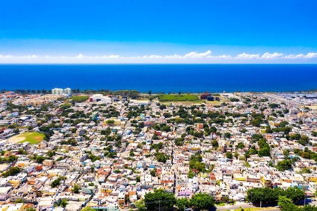 카리브 해와 산토 도밍고 시의 공중 무인 항공기 보기. 도미니카 공화국의 수도.