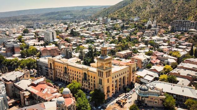 트빌리시 조지아의 공중 무인 항공기 보기 오래된 건물 주거용 건물 주변에 많은 녹지