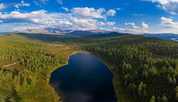 キデリユ湖の空中ドローンビュー