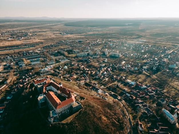 우크라이나 서부 mukachevo의 도시에서 중세 palanok 성의 공중 무인 항공기보기