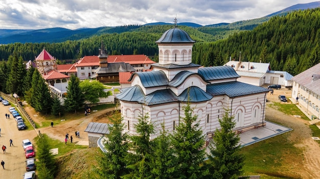 ルーマニアのオアサ修道院の空中ドローンビュー