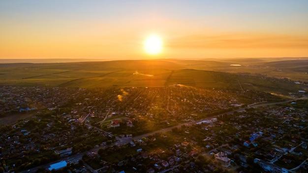 日没時のモルドバ、ティポバの空中ドローンビュー