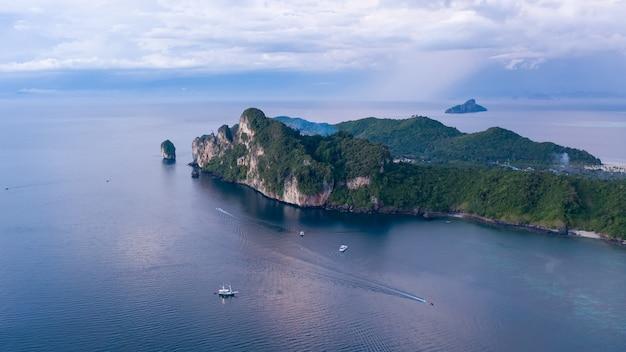 열대 코피 피 섬의 공중 무인 항공기보기 및 위에서 푸른 맑은 안다만 해수에서 보트 승객, 아름다운 성수기 크라비, 태국