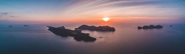 日没時の熱帯のシルエットの島々の空中ドローンビュー。インド洋。旅行と休日のコンセプト。上面図のパノラマ。旅行の背景。自然の風景。