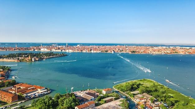 위에서 베네치아 석호와 바다 위에서 베니스 섬의 공중 무인 항공기보기