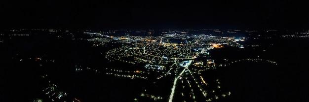 Vista aerea del drone di una città in moldavia di notte. luci notturne