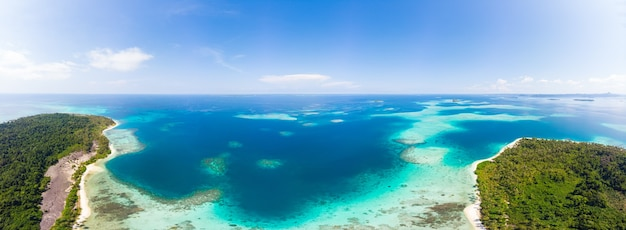 空中:すべてから離れたエキゾチックな熱帯の島の白い砂浜、サンゴ礁のカリブ海のターコイズブルーの水。インドネシアスマトラバニャク諸島