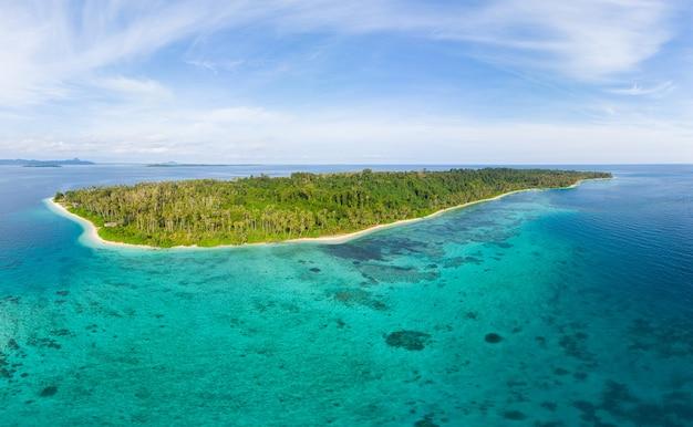 공중 : 이국적인 열대 섬 백사장 해변에서 멀리 떨어져있는 산호초 카리브해 청록색 물. 인도네시아 수마트라 반 야크 제도