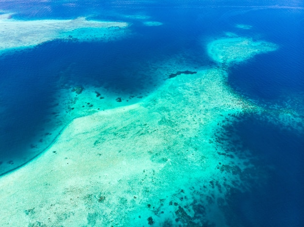 Антенна: экзотический тропический остров с белым песком, пляж вдали от всего, коралловый риф, карибское море, бирюзовая вода