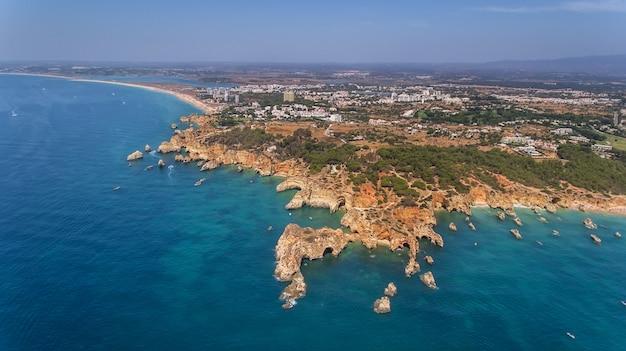 Aerial. изысканные пляжи рифов субмарино и прая жуан де аренс. портимао