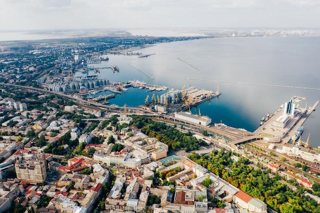 旧市街と港の空中映像
