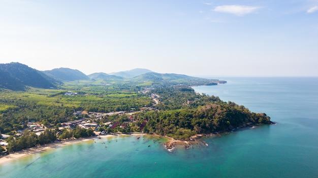 ドローンから空中、タイ南部のランタ島のクロンダオビーチの風景