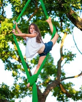 Воздушная гимнастка на большом дубе
