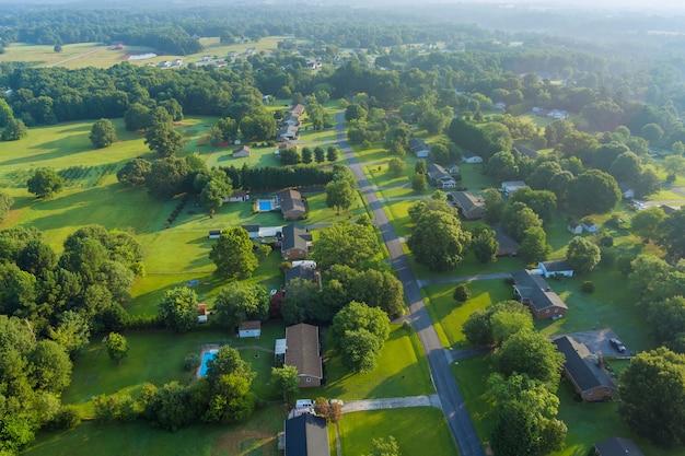 アメリカ合衆国サウスカロライナ州の小さな村のボイリングスプリングスの町の住宅街の風景の空中高さのビュー
