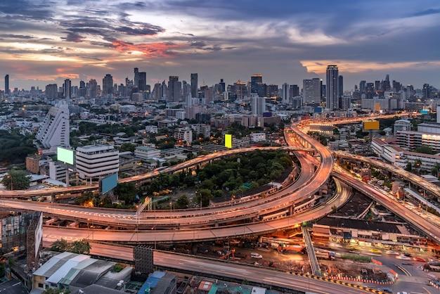 超高層ビルの建物とバンコクのダウンタウンの高速道路の空中ハイエンジェルビュー