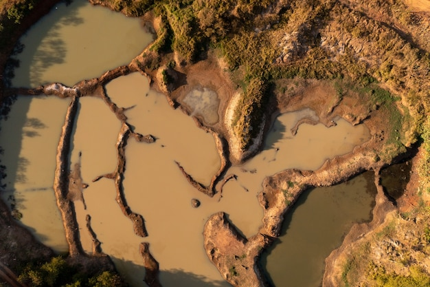호수가 있는 점토 구덩이의 항공 이미지 - 벽돌과 도자기 생산을 위한 점토