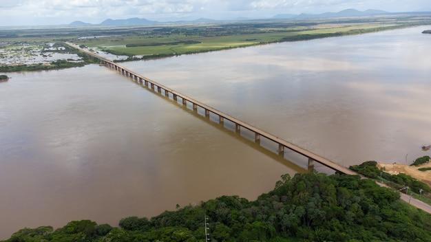 브라질 로라이마 보아 비스타 시에 있는 리오 브랑코 강의 무인 항공기와 다리.
