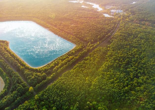 Воздушное озеро в полете трутня над озером.