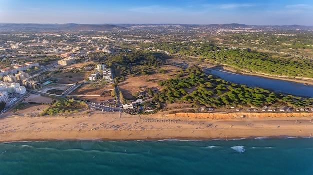 Антенна. пейзаж с неба пляжей алгарве картейра виламура.