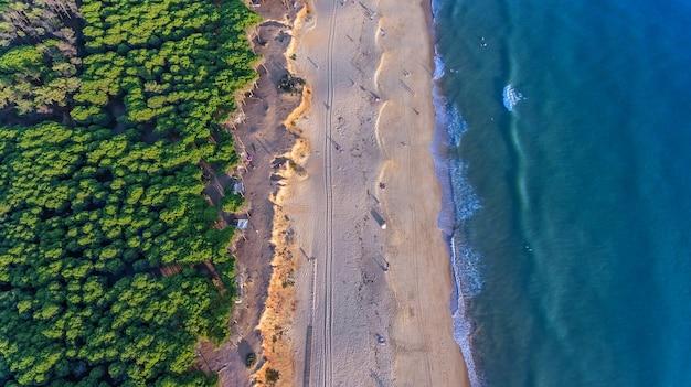 空中。アルガルヴェクアルテイラヴィラモウラのビーチの空からの風景。